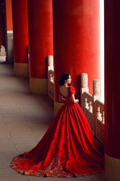 Фото девушек со спины в красных платьях